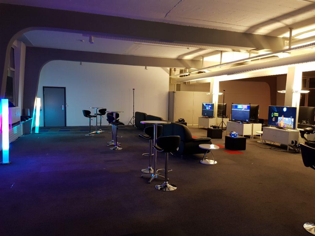 Eingangsbereich mit Stationen und Lounge Bereich